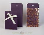 Конверт из дизайнерского картона фиолетового цвета и золотым тиснением