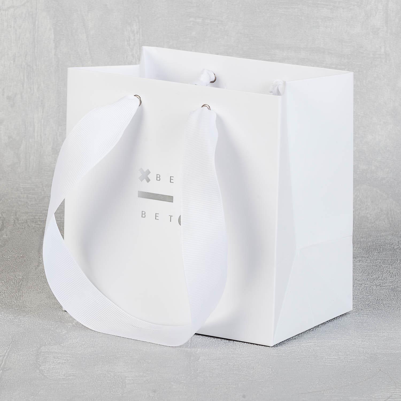 Пакет с серебянным тиснением и репсовыми лентами