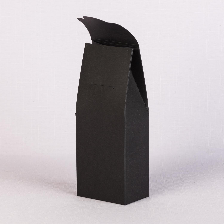черная строгая упаковка сундучок