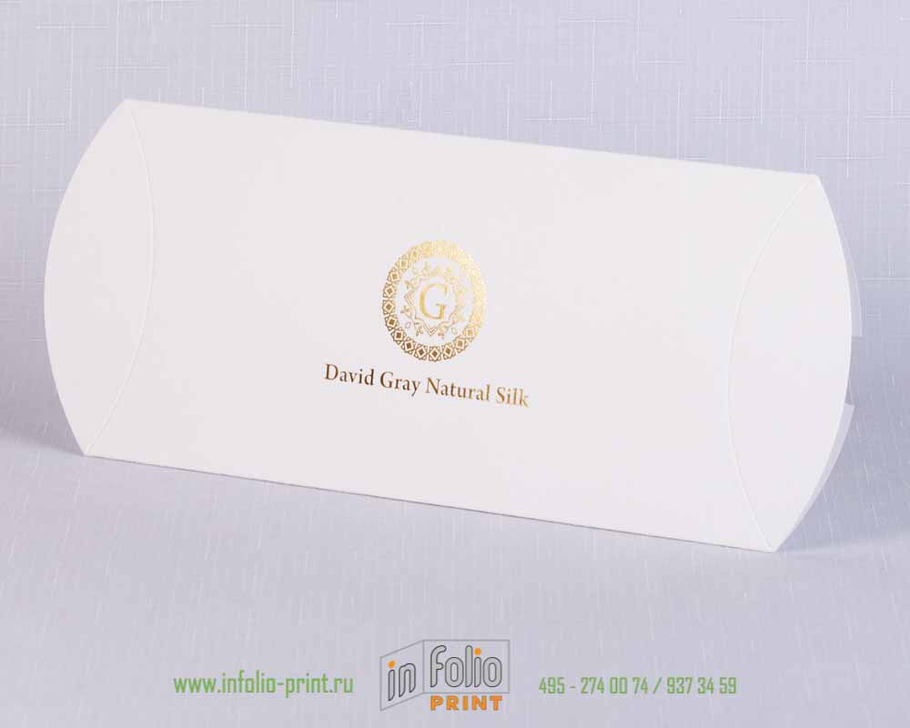 Упаковка пирожок из белой дизайнерской бумаги с тиснением фольгой