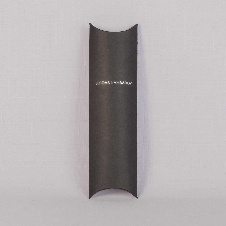 Упаковка пирожок узкая из черной бумаги с серебрянным тиснением