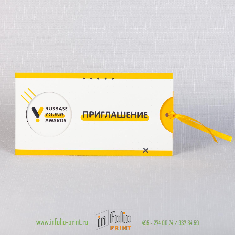 Конверт с круглым окошком и желтой ленточкой