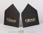 Черный конверт из текстурной бумаги с двумя видами тиснения фольгой