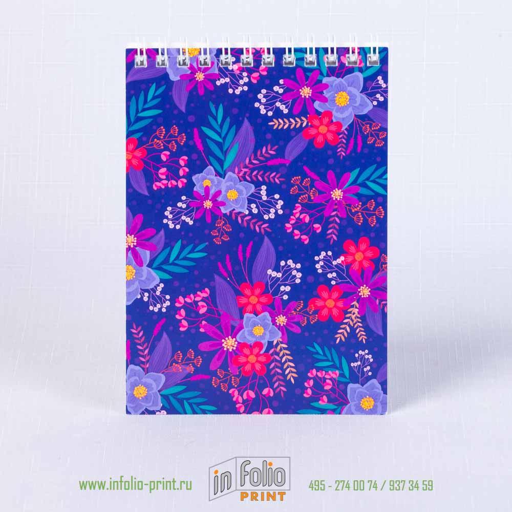 Блокнотик с цветочным принтом на синем фоне