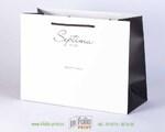 черно-белый матовый пакет с черными атласными ручками