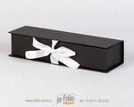 Черная коробка с белыми атласными лентами