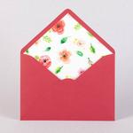 Конверт из дизайнерской бумаги вишневого цвета с цветным вкладышем
